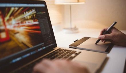 Calitățile pe care le au designerii grafici care găsesc uşor un job
